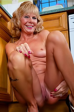 Cathy Oakley: Blond-haired GILF does dishes and masturbates in the kitchen