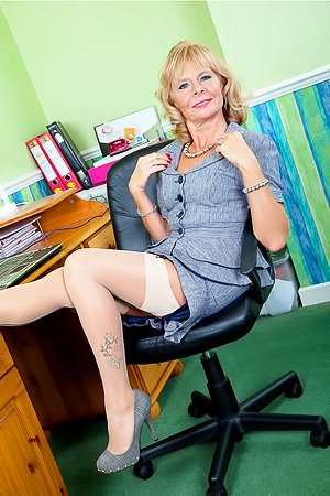 Cathy Oakley: Office worker GILF takes off her lingerie and masturbates next to her desk